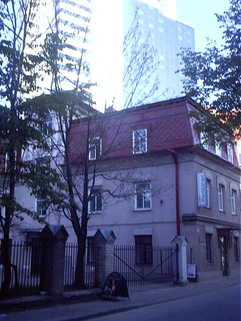 Maakri 28 A Liivalaia tänava ja Stockmanni kaubamaja poolt tulles.