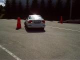 Auto tagurpidi slaalomit tegemas
